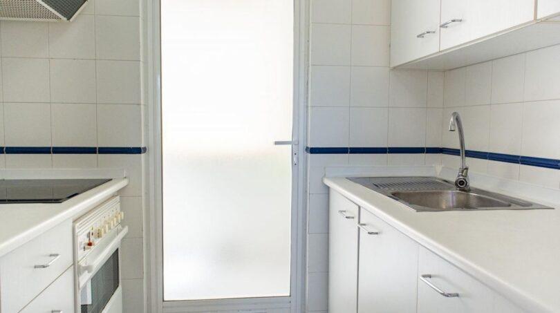 Helle Küche mit Hauswirtschaftsraum