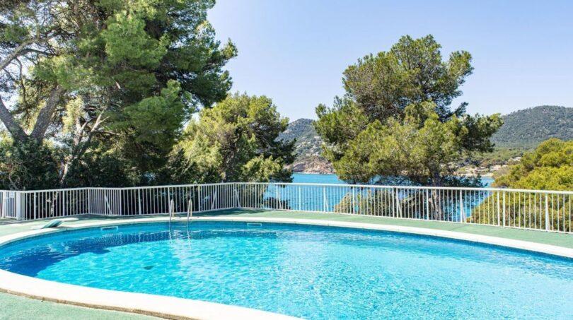Pool mit Sonnenterrasse und Meerblick