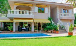 Herrliche Villa mit 5 SZ, Pool und fantastischem Garten in Meernähe