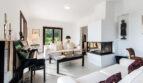 Heller Wohnbereich mit modernem Kamin,...