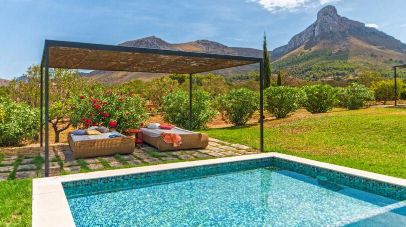 Pool mit schattigem Platz zum Entspannen