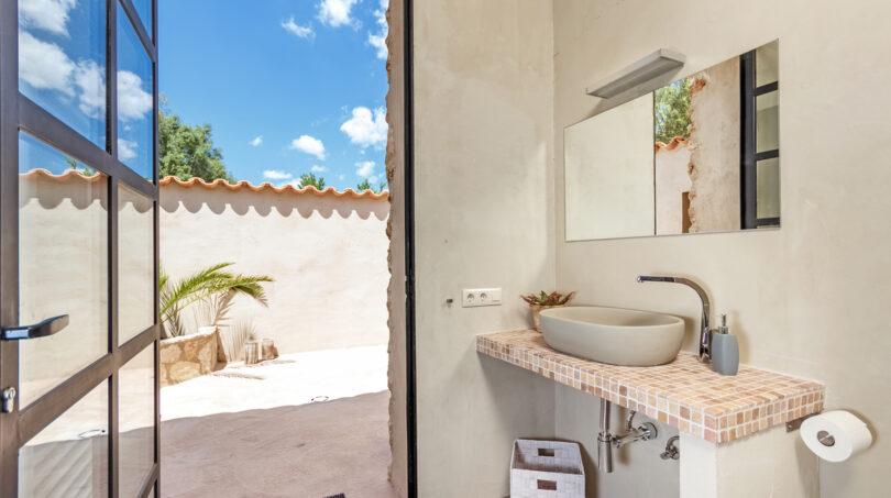 Badezimmer mit Zugang zum Innenhof