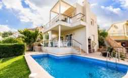 Einfamilienhaus mit Ferienvermietungslizenz direkt am Strand in Cala Mandia