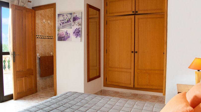 Separates Schlafzimmer mit Bad