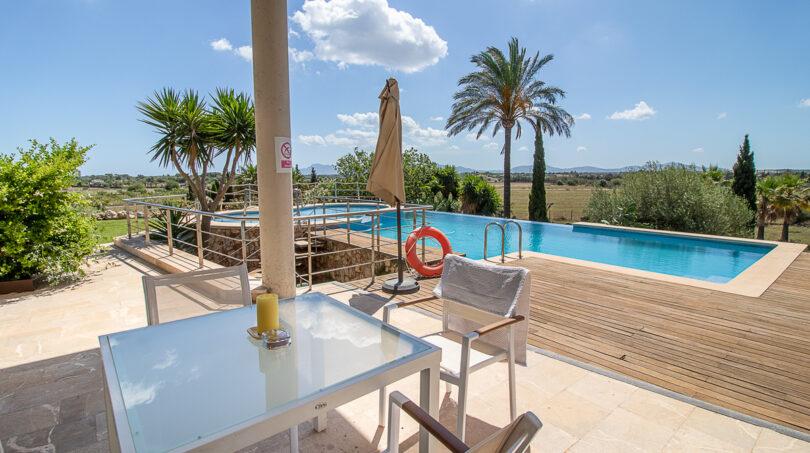 Terrasse mit Blick auf den Pool